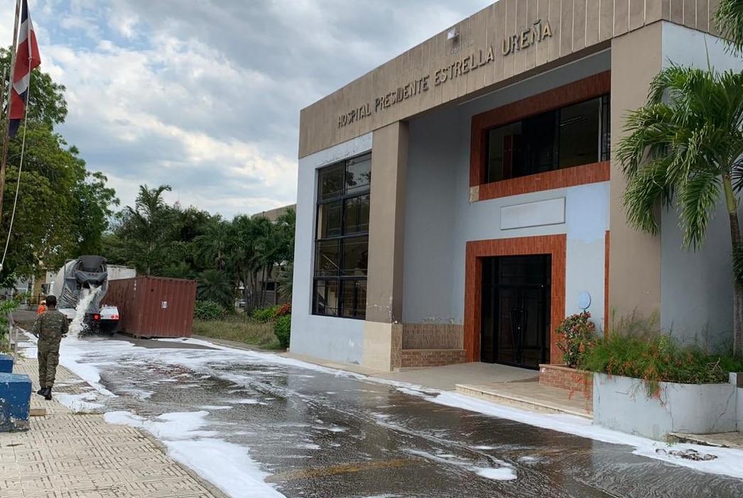 MOPC desinfecta áreas del hospital Presidente Estrella Ureña