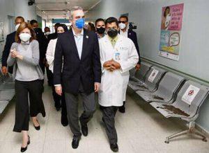 Presidente Luis Abinader visita hospital Presidente Estrella Ureña para supervisar condiciones físicas.