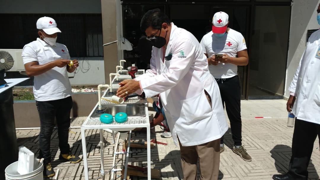 Cruz Roja Dominicana instala lavamanos en hospital Estrella Ureña.
